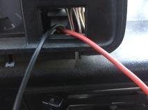 De zwarte kabel loopt van de schakelaar naar de zekeringkast